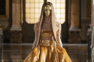 La rivoluzione di Valentino: torna a Roma e fa sfilare maschere oro, tacchi scultura e colori fluo