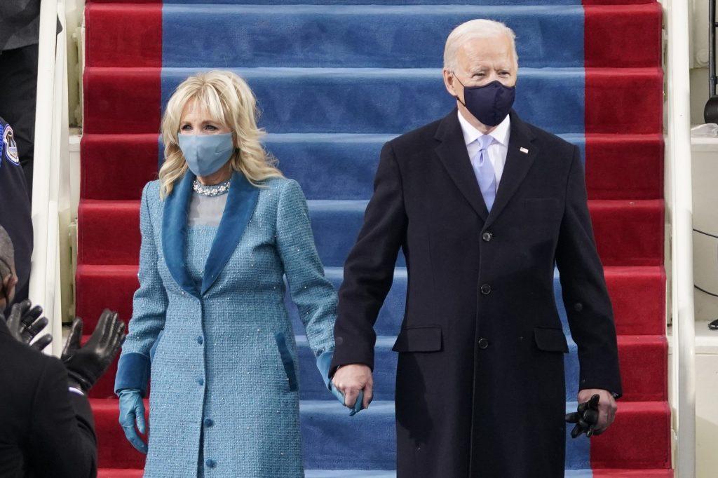 Jill Biden con il marito Joe alla cerimonia di insediamento