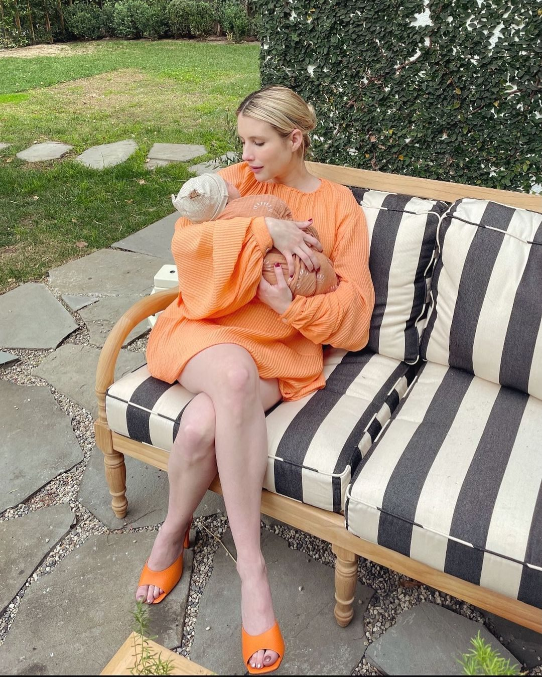 Emma Roberts in Stella McCartney, sandali Andrea Wazen