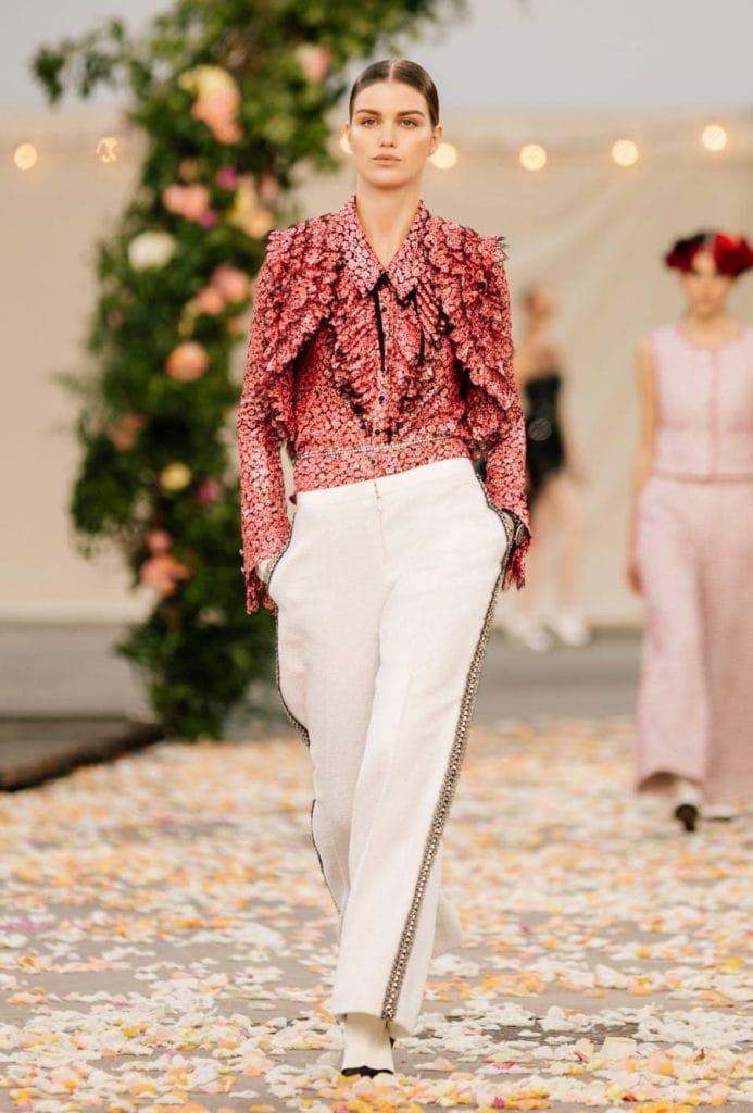 Bolero ricamato color geranio e pantaloni bianchi, Chanel