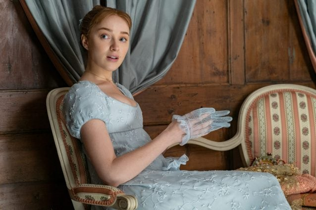 l'attrice Phoebe Dynevor in una scena di Bridgerton