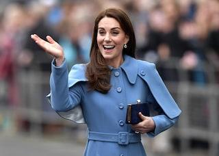 Kate Middleton deve portare sempre le borse a sinistra: è a causa della rigida etichetta reale