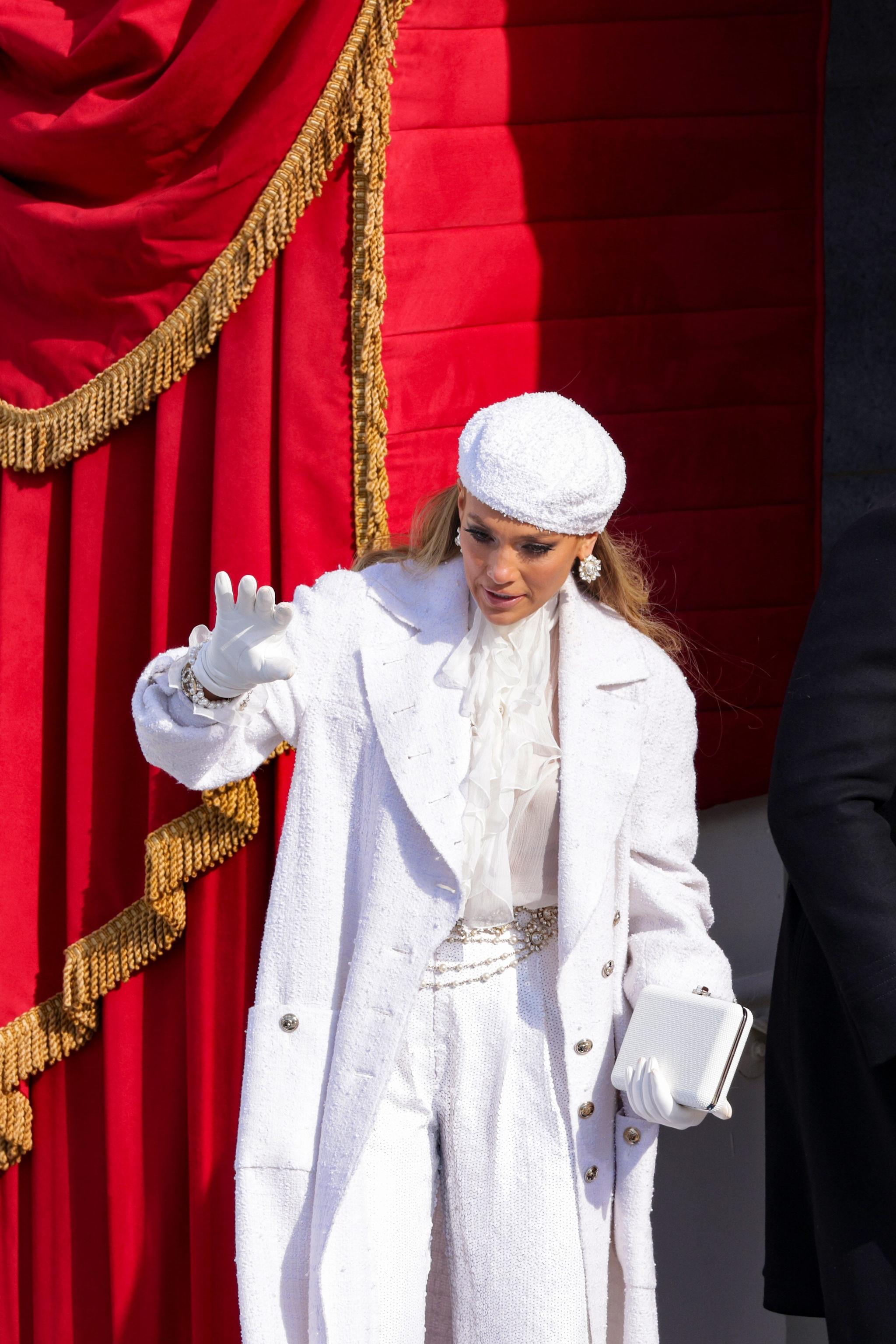 La cantante con look total white firmato Chanel