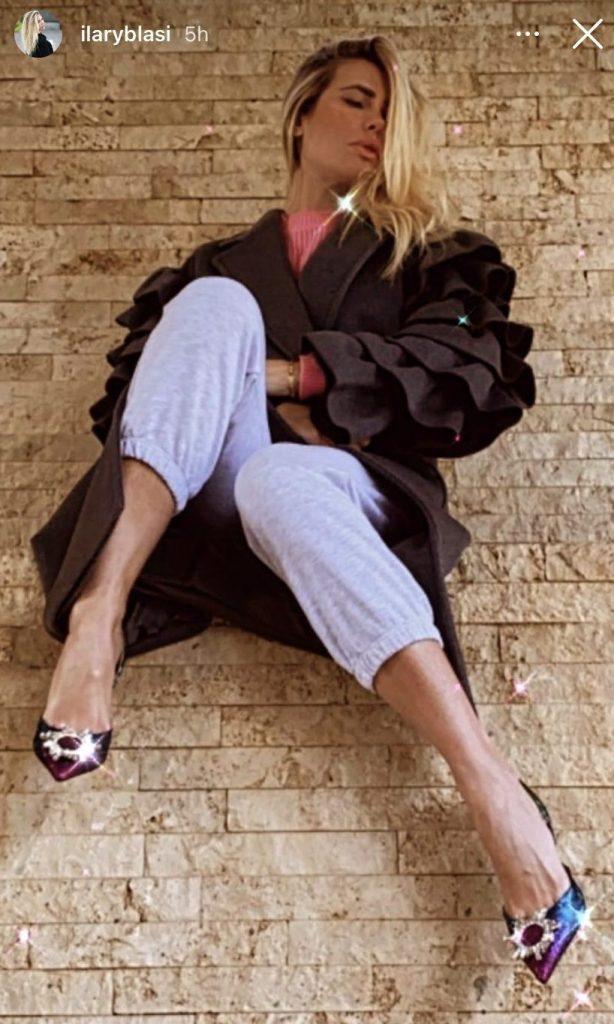 Ilary Blasi con la tuta e le scarpe di Amina Muaddi