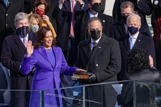 """Kamala Harris ha fatto la storia: la prima vicepresidente degli Usa ha giurato """"sulle sue bibbie"""""""