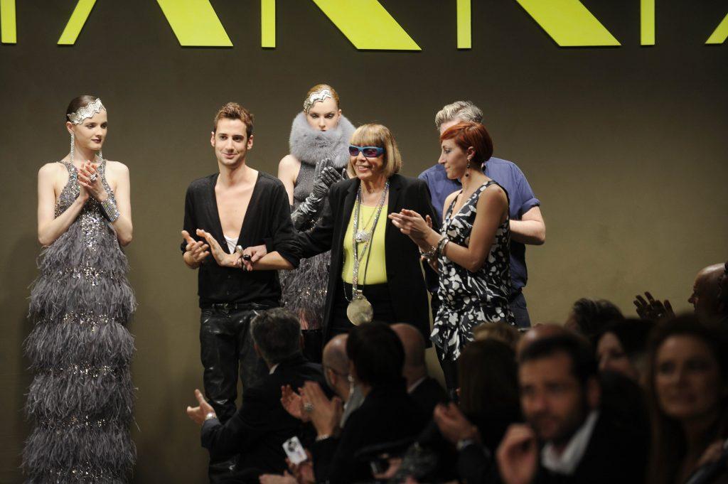 La stilista Krizia al termine di una sfilata