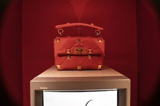 Il rosso, le rose e le borchie: Pierpaolo Piccioli ridefinisce Valentino partendo dai suoi simboli