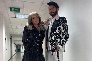 Federico Fashion Style presenta mamma Angela: il debutto in tv è con l'abito giacca di paillettes