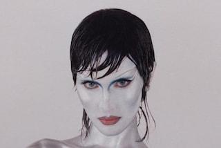 Bella Hadid segue il trend del mullet: con il nuovo taglio e la pelle argentata è irriconoscibile