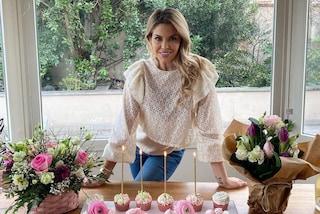 Costanza Caracciolo, il compleanno casalingo è in jeans e con la torta rosa personalizzata