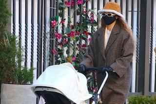Gigi Hadid, nella nuova vita da mamma veste oversize: il suo nuovo maxi cappotto costa 100 euro