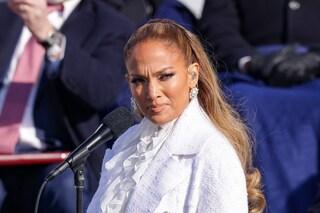 Jennifer Lopez canta all'insediamento di Biden in bianco, colore della pace e delle suffragette