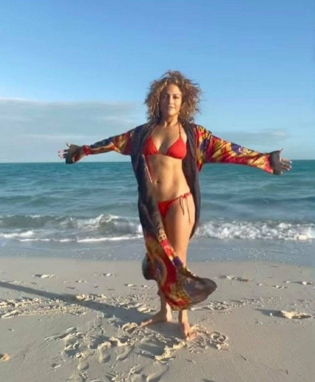 Jennifer Lopez con la vestaglia Versace personalizzata