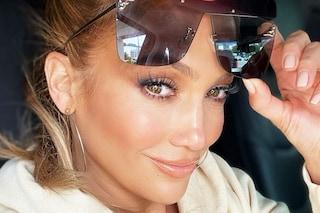Jennifer Lopez con le ciglia maxi: lancia il trend beauty da seguire nell'inverno 2021