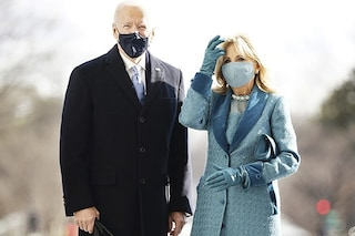 Jill Biden con un vestito azzurro alla cerimonia di insediamento: la ragione della scelta simbolica