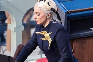 Lady Gaga canta l'inno americano all'insediamento di Joe Biden con la colomba della pace sull'abito