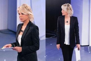 Maria De Filippi e la passione per le giacche lucenti: a C'è Posta per Te spopola col blazer glitter