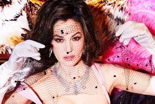 Monica Bellucci posa con veletta e maxi scollatura: con il nuovo sexy look è più bella che mai
