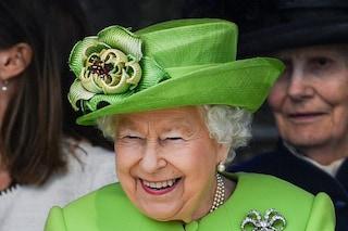 """La regina Elisabetta II annulla i primi eventi ufficiali del 2021 e """"debutta"""" nella musica"""