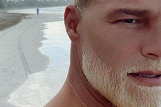 Ricky Martin con la barba biondo platino: il nuovo look è ossigenato