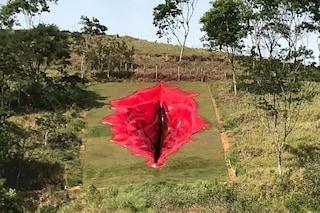 Una vagina scolpita tra le colline brasiliane: l'opera per dire basta alla violenza sulle donne