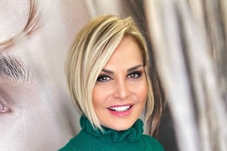 Simona Ventura sempre più bionda: il suo nuovo taglio è un bob asimmetrico