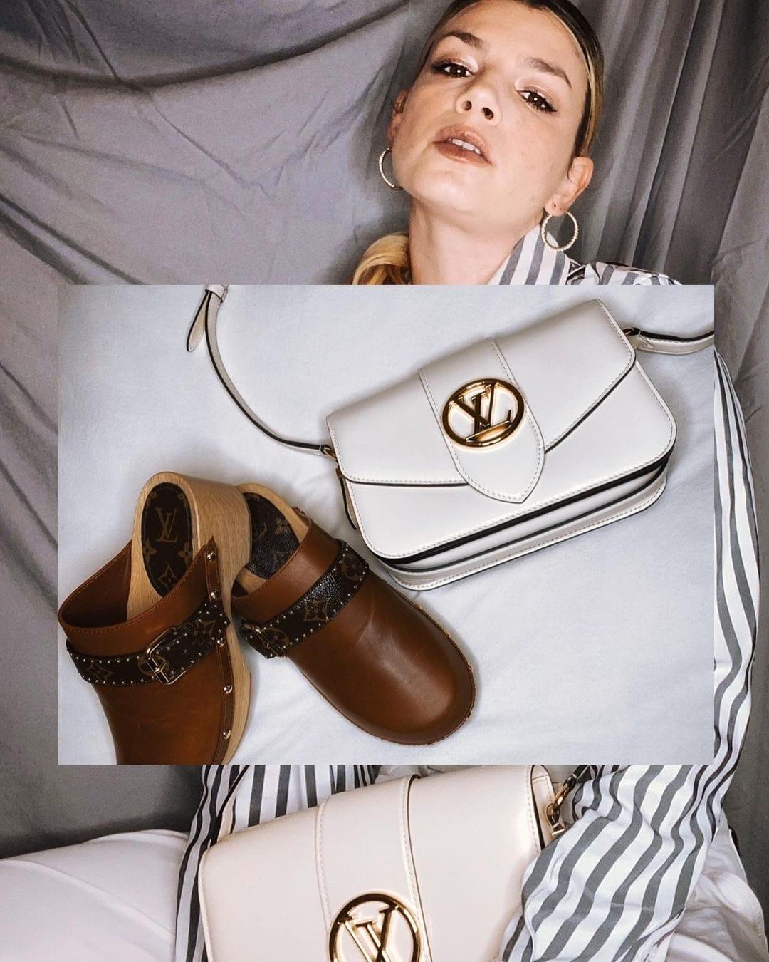 Emma mostra zoccoli e borsa Louis Vuitton
