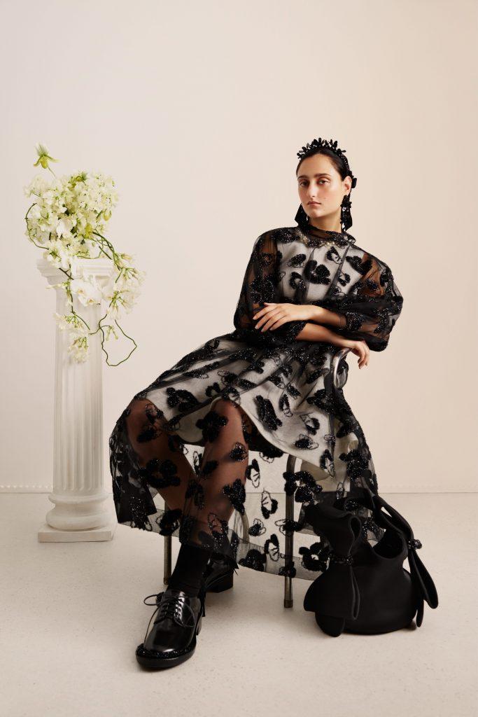 L'abito trasparente con ricami floreali