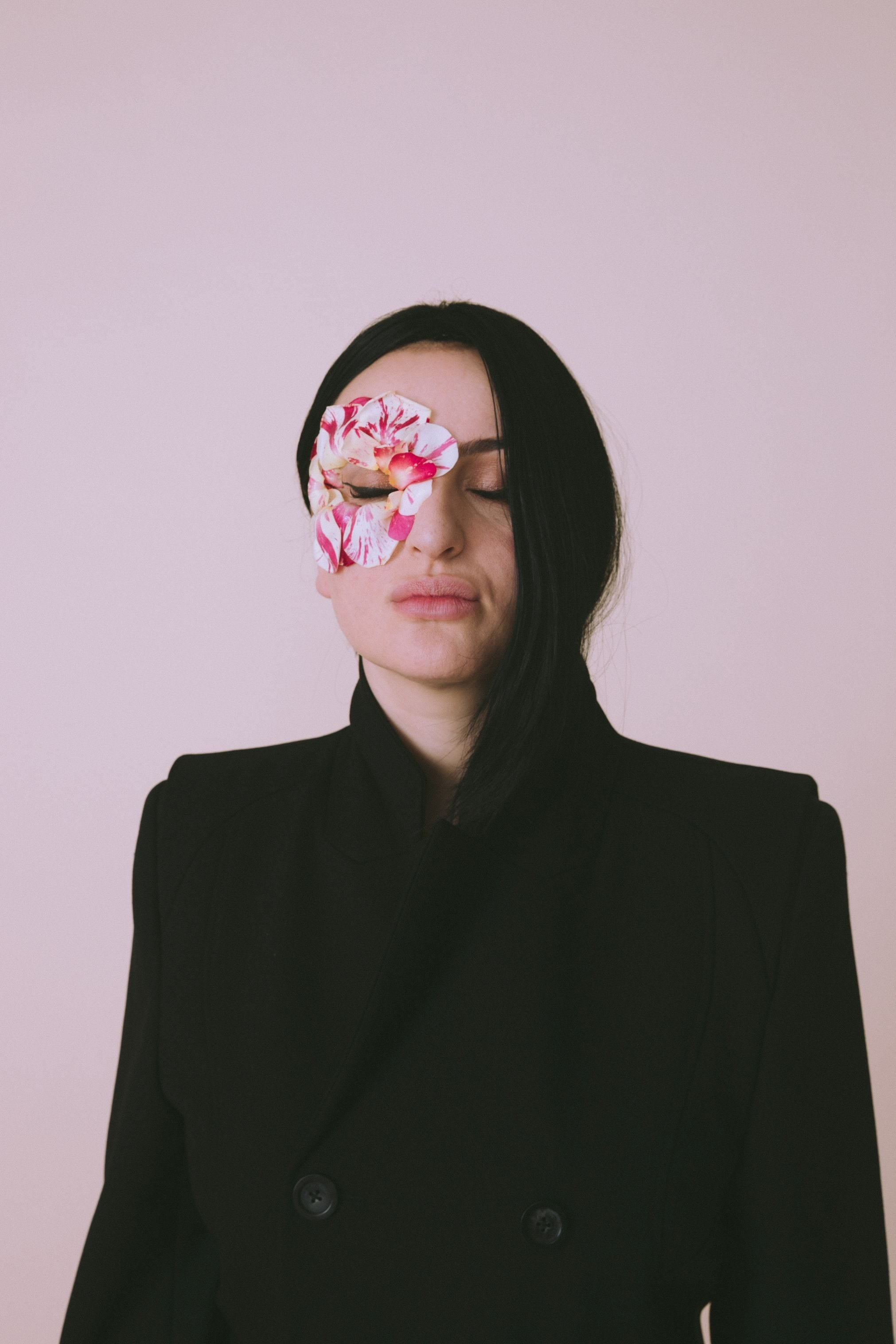Cappotto nera e maschera–fiore
