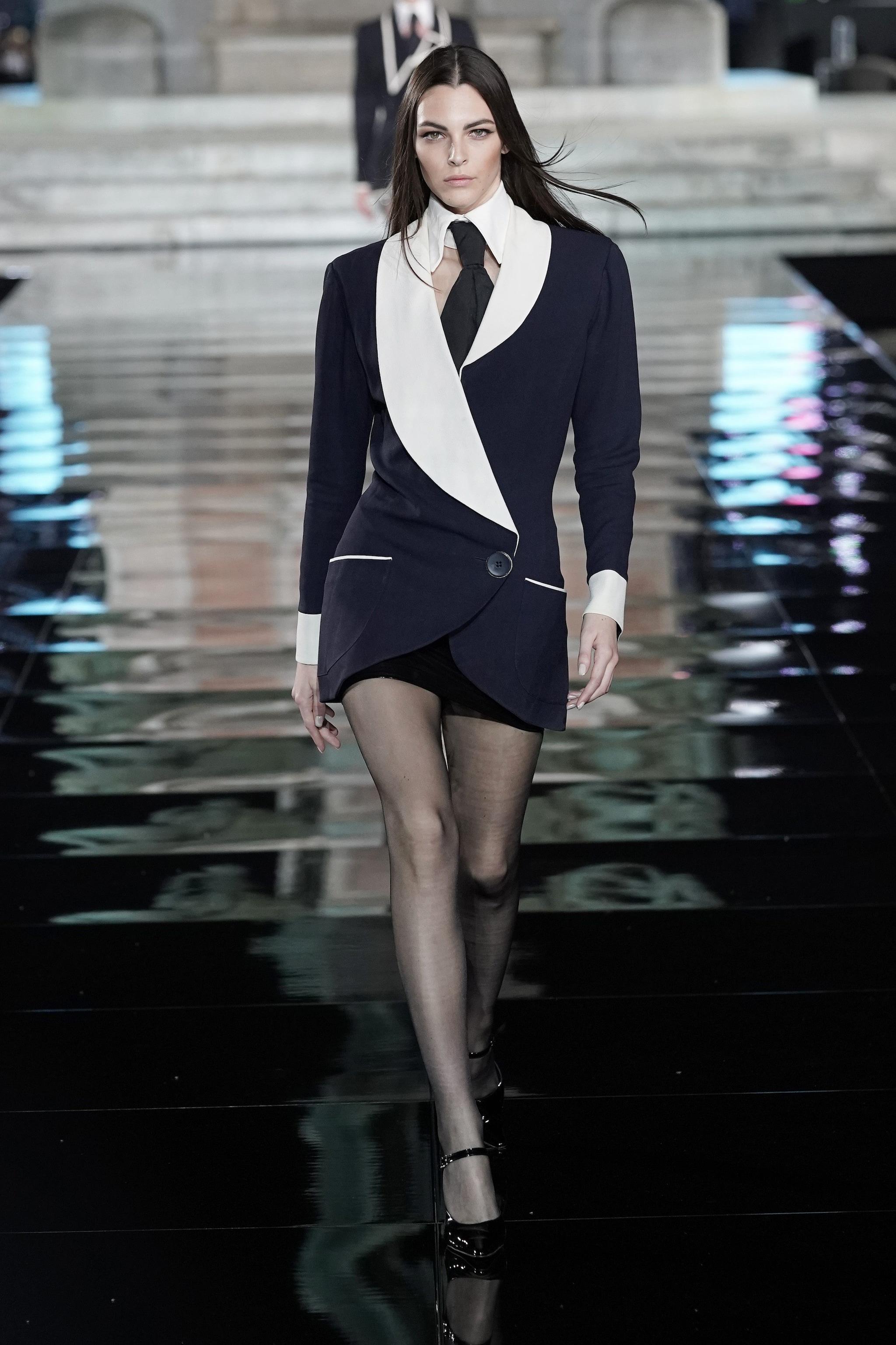 Vittoria Ceretti in passerella con un abito Karl Lagerfeld