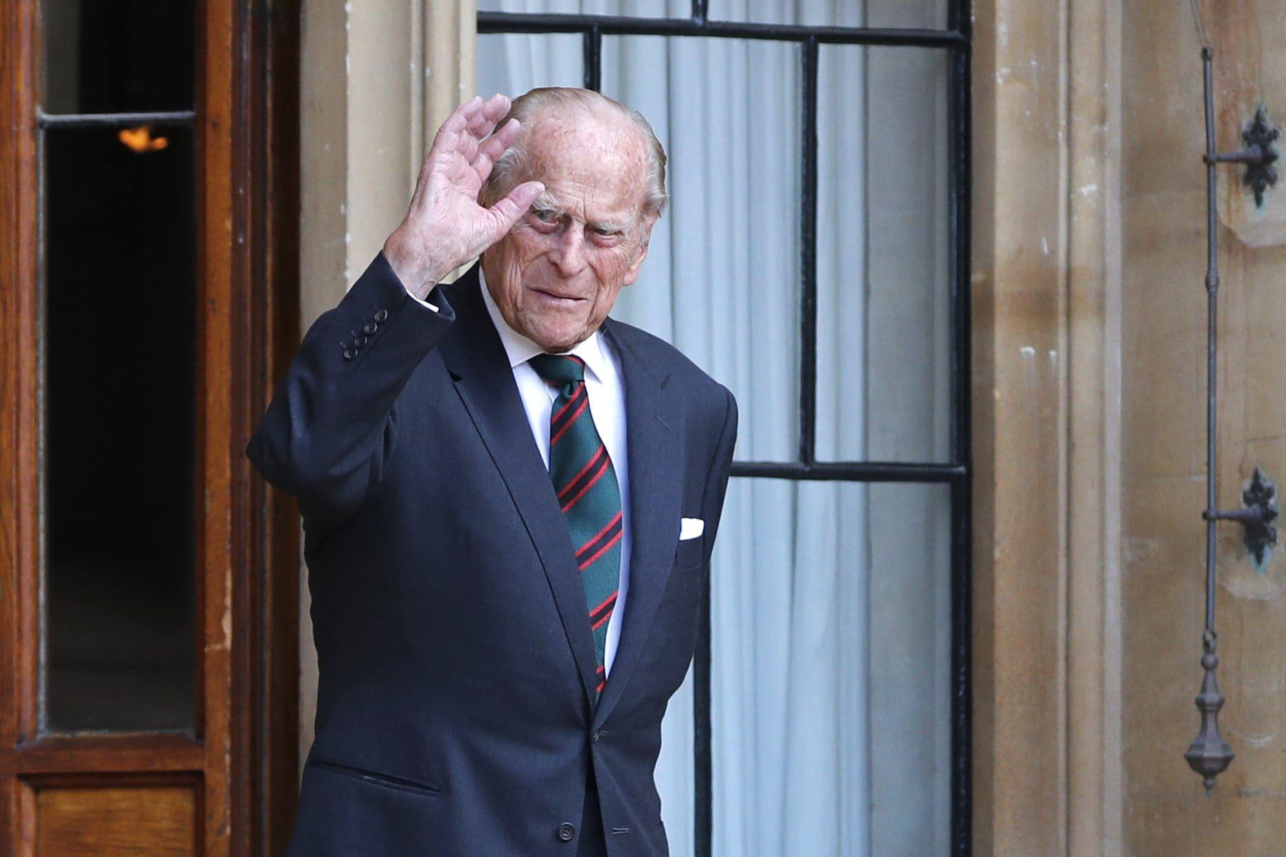 Il principe Filippo con un completo blu e cravatta Regimental