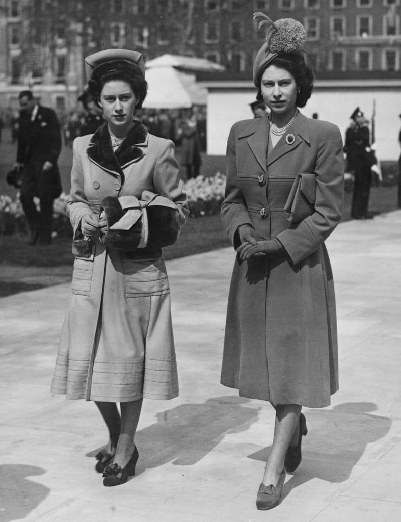 La principessa Margaret con la sorella Elisabetta nel 1948