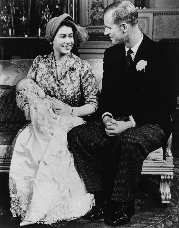 Il principe Filippo e la regina Elisabetta nel 1950 con la piccola Anna