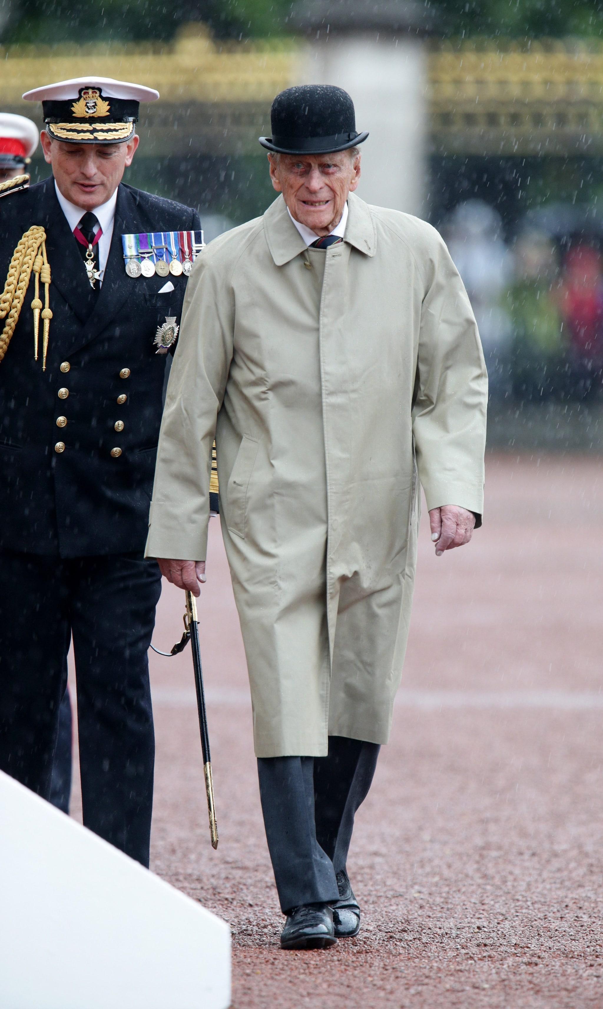 Il principe Filippo passa in rassegna le truppe con un soprabito beige e la bombetta