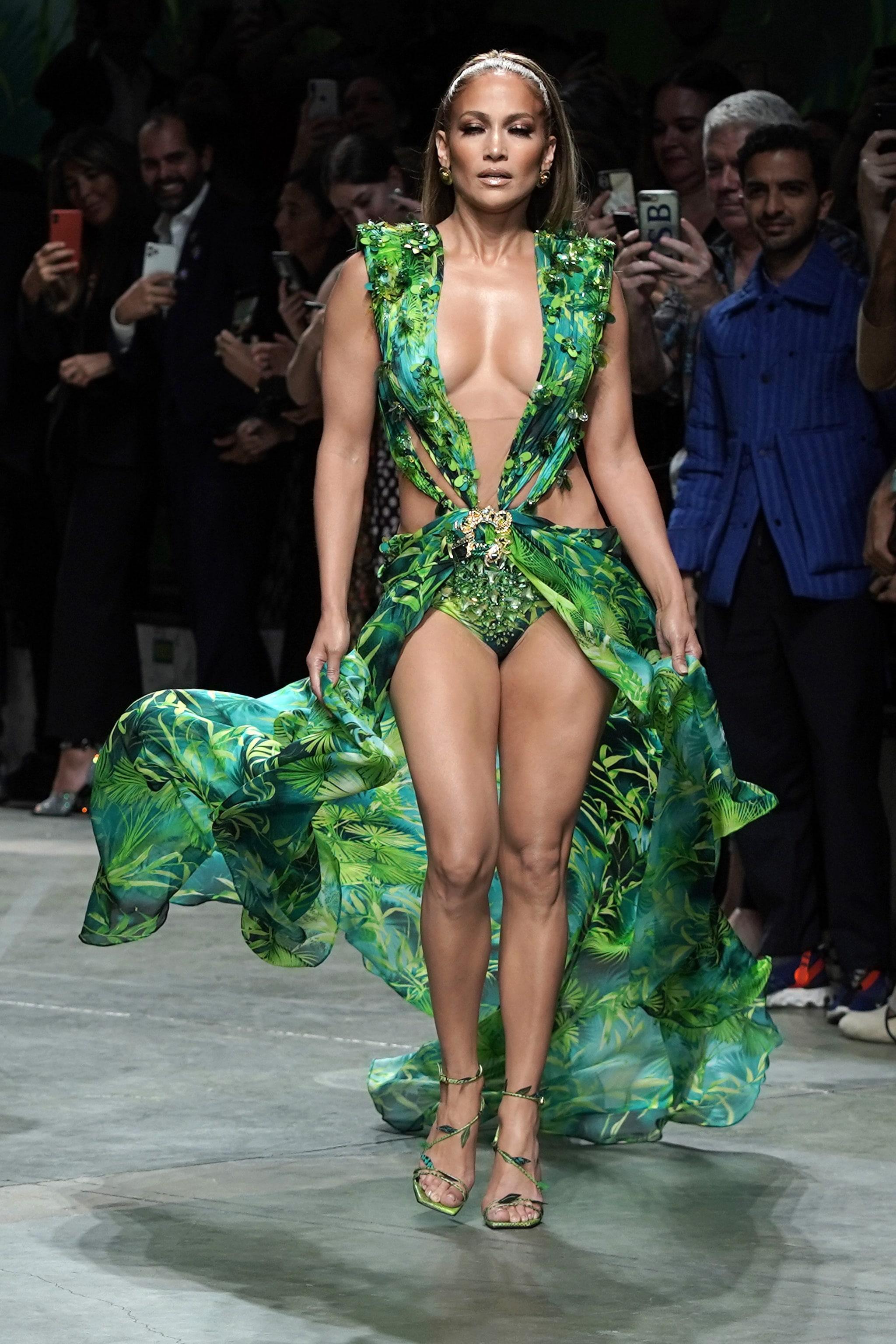 Jennifer Lopez sfila per Versace nel 2019