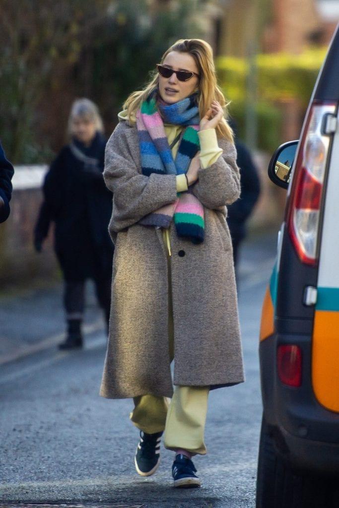Phoebe Dynevor con un cappotto Mango