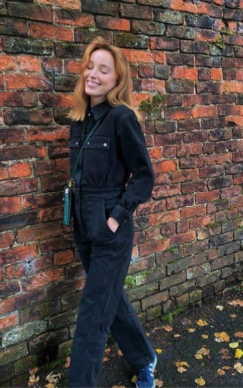 Phoebe Dyvenor passeggia con una tuta intera e sneaker