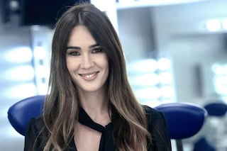 Silvia Toffanin a Verissimo stupisce con un look sexy: camicia trasparente e gonna a tubino