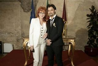 Fiorella Mannoia sposa Carlo Di Francesco: il matrimonio è in tailleur bianco e con le sneakers