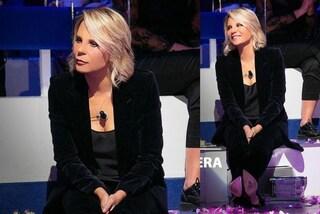 Maria De Filippi a C'è Posta Per Te col completo di velluto: è il modello più chic del momento