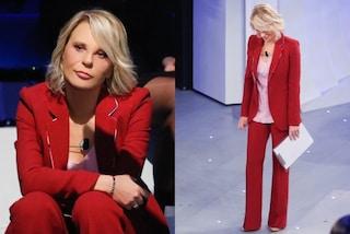 Maria De Filippi a C'è Posta per Te: sorprende in rosso e col bracciale da oltre 10mila euro