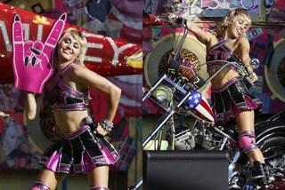 Miley Cyrus infiamma il Super Bowl 2021: da cheerleader a giocatrice di football, i look sono rock