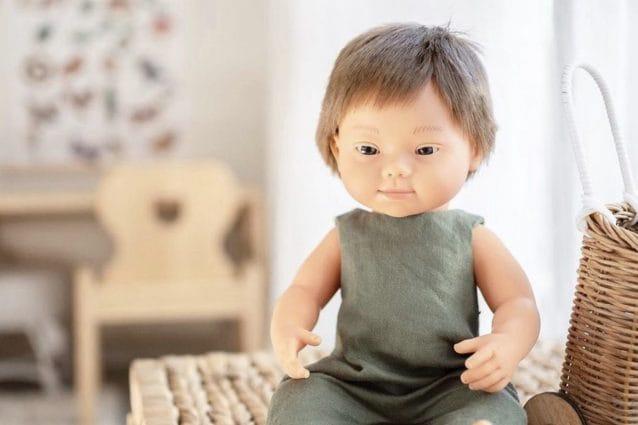 una bambola dell'azienda Miniland