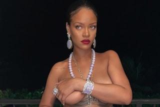 Rihanna in topless infiamma i social: promuove la sua linea di lingerie ma senza indossare l'intimo
