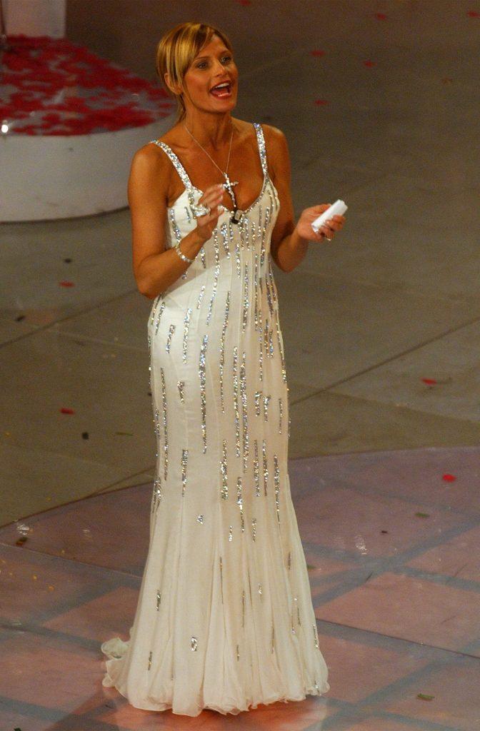 Simona Ventura sul palco dell'Ariston nel 2004