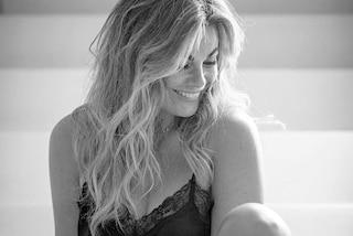 Vanessa Incontrada seduce in sottoveste: la bellezza di una donna che si ama così com'è
