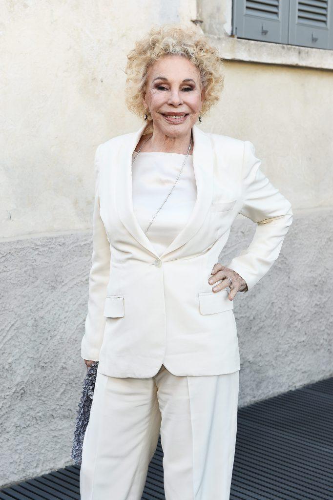 Ornella Vanoni nel 2017 in un completo bianco monopetto
