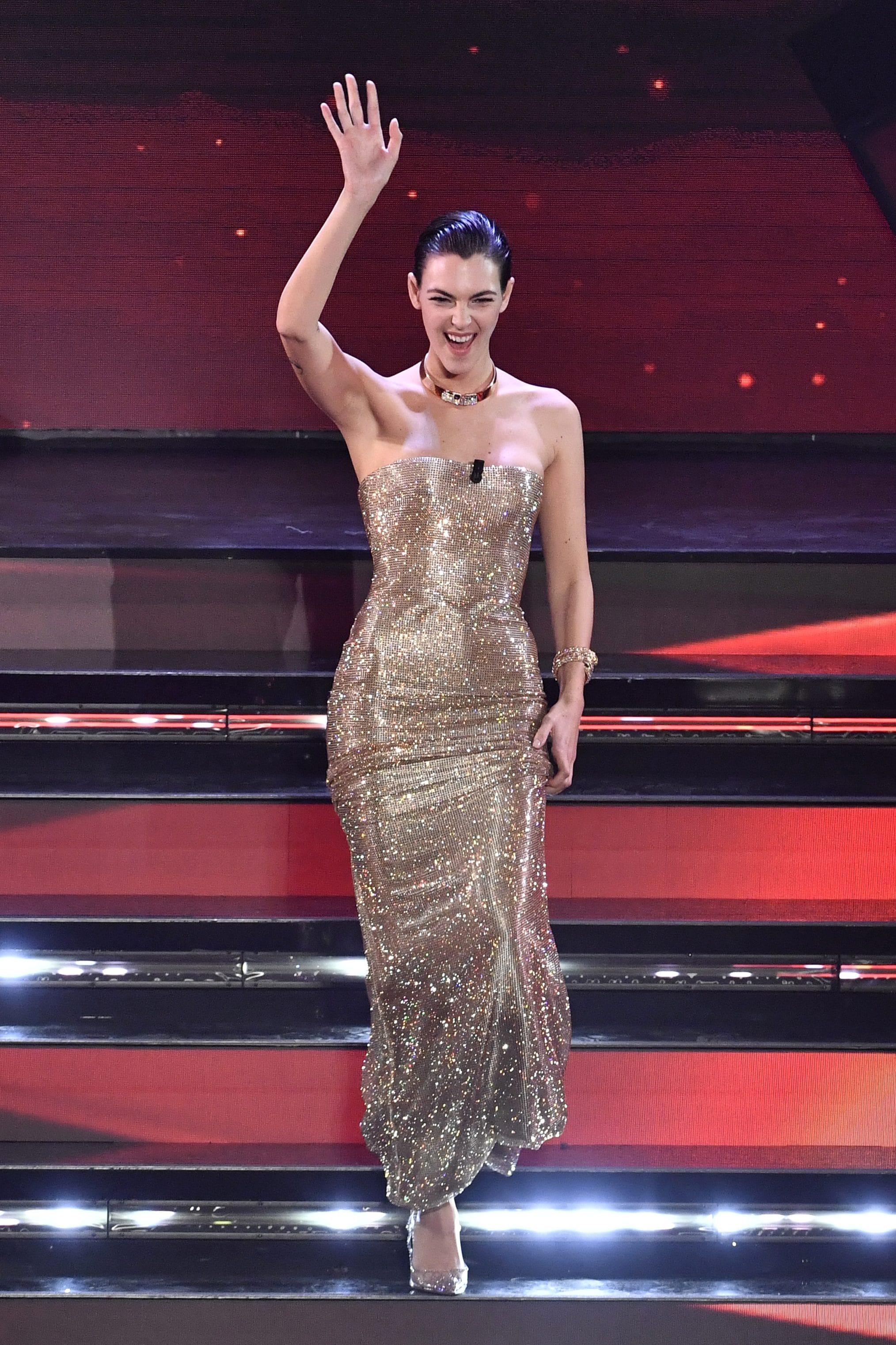 Vittoria Ceretti con l'abito gold