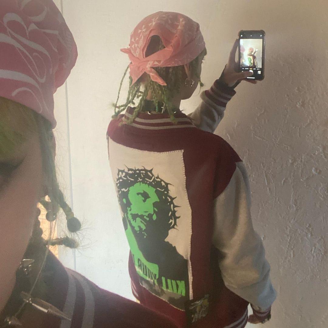 Anna Lou con le treccine verdi
