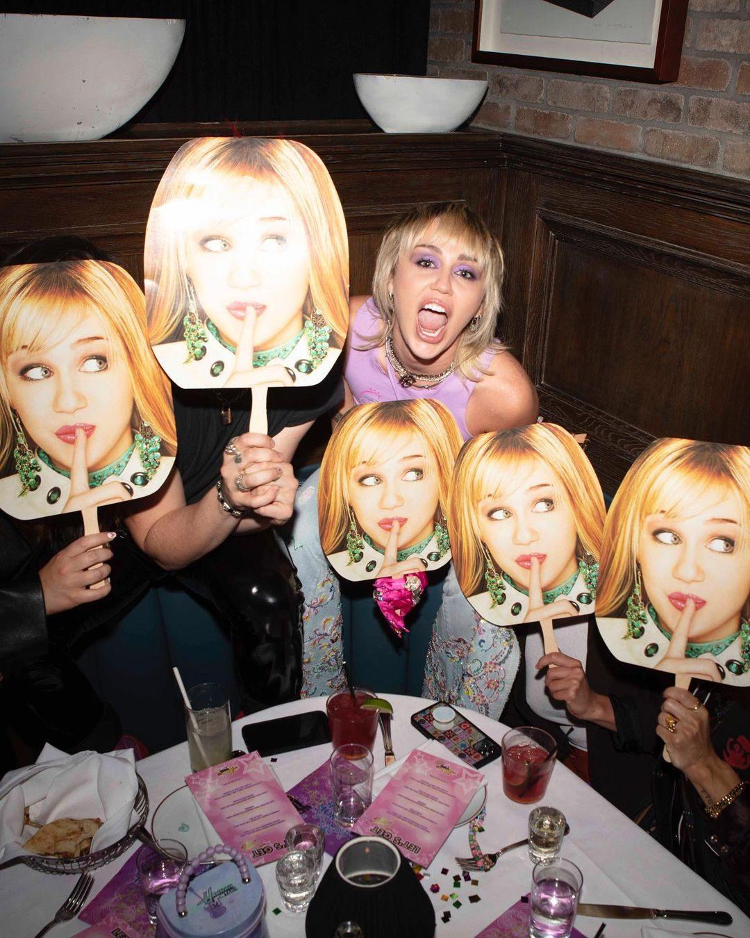 Miley Cyrus celebra i 15 anni di Hannah Montana